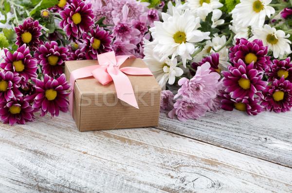 Coffret cadeau mixte fleurs blanche patiné coloré Photo stock © tab62