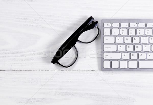 Olvasószemüveg billentyűzet fehér fa kilátás kirakat Stock fotó © tab62