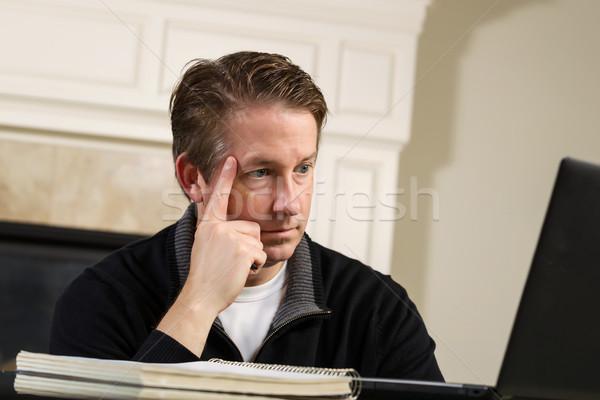 Dojrzały mężczyzna patrząc ekranie komputera myślenia poziomy Fotografia Zdjęcia stock © tab62