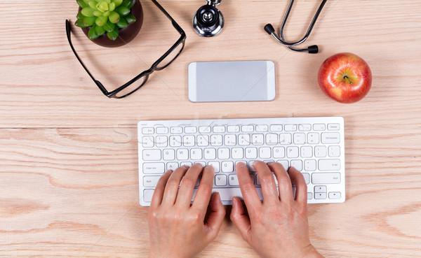 Hände Computer-Tastatur Holz Desktop Ansicht weiblichen Stock foto © tab62