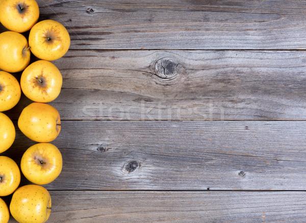 Taze altın elma rustik ahşap el Stok fotoğraf © tab62