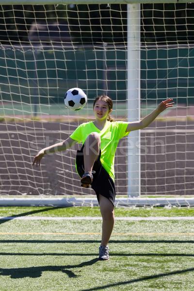 Młoda dziewczyna piłka pionowy Fotografia Zdjęcia stock © tab62