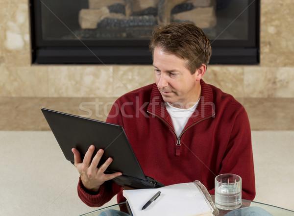 Homem maduro leitura informação computador casa foto Foto stock © tab62