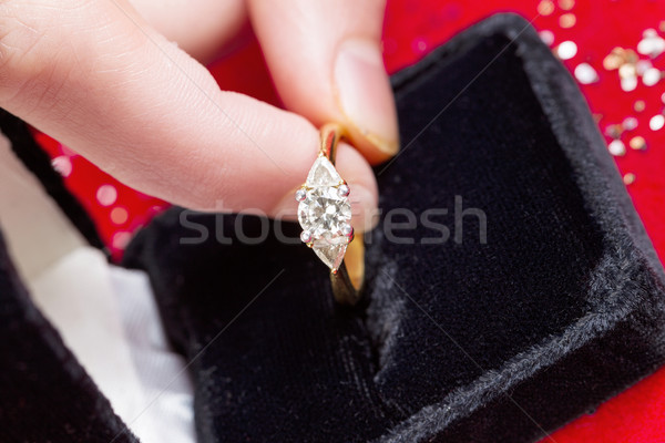 Bague en diamant sur bijoux boîte horizontal Photo stock © tab62