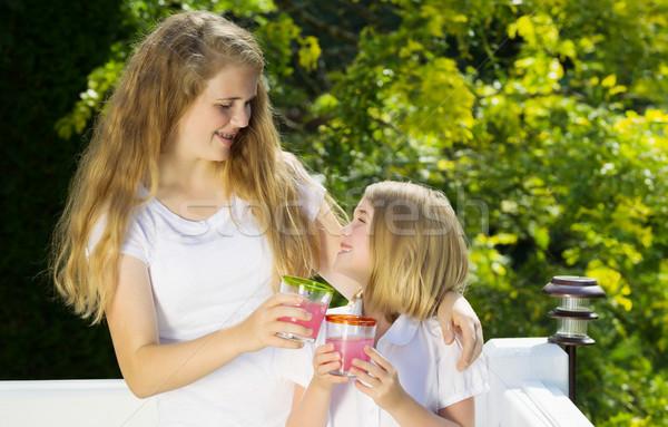 Nővérek élvezi iszik limonádé kívül belső udvar Stock fotó © tab62