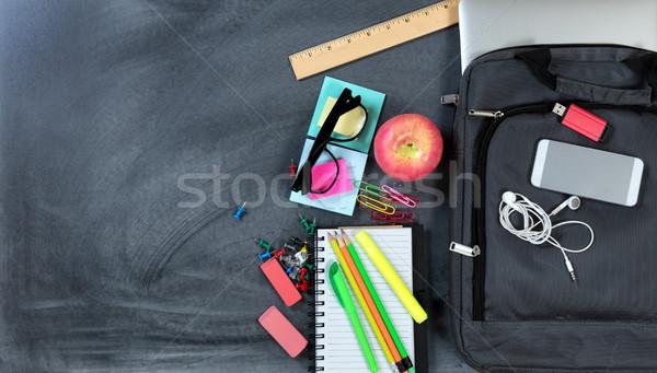 Zdjęcia stock: Powrót · do · szkoły · nowoczesne · technologii · tradycyjny · jabłko · laptop