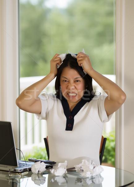 Rijpe vrouw werk papieren woede verticaal afbeelding Stockfoto © tab62