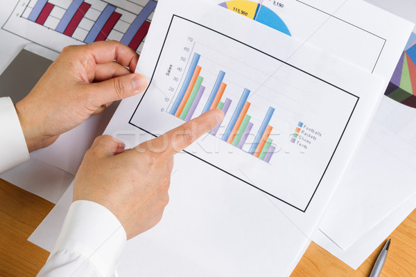Mano gráfico de barras gráfico mirando financieros Foto stock © tab62