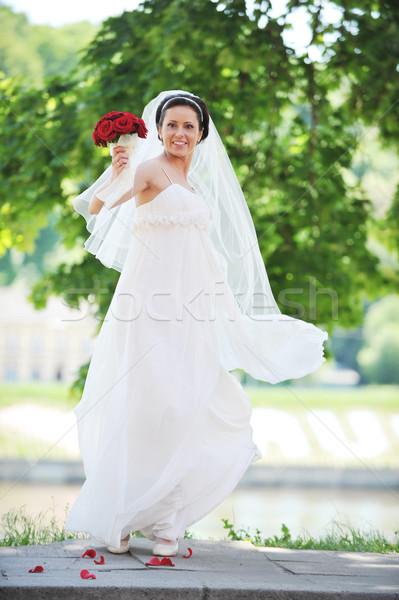 Gelin beyaz elbise yeşil ağaçlar çiçek düğün Stok fotoğraf © taden