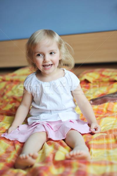 Wesoły dziewczynka bed rodziców miłości oczy Zdjęcia stock © taden