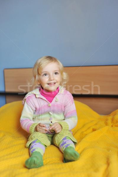 Nina alegre cama padres ojos casa Foto stock © taden