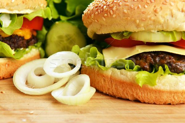 Lezzetli hamburger iştah açıcı ahşap plaka ekmek Stok fotoğraf © taden
