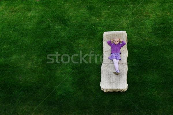 Dziewczyna leży materac piękna szczęśliwy dziewczynka Zdjęcia stock © taden