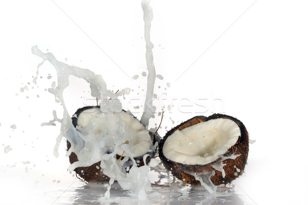 Fissuré coco grand Splash isolé eau Photo stock © taden