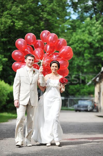 Bruid bruidegom ballonnen trottoir vrouw gras Stockfoto © taden