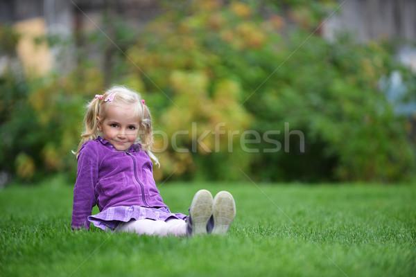 Kız çim güzel mutlu küçük kız oturma Stok fotoğraf © taden