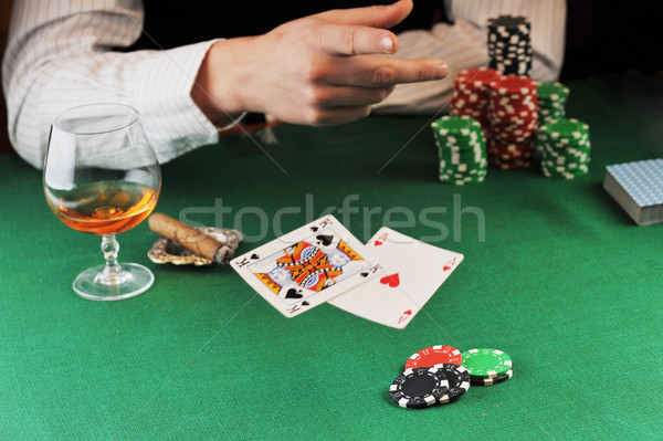 Tarjeta jugar hombre sesión mesa cartas Foto stock © taden