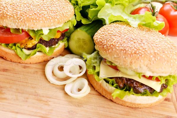 Lecker Hamburger appetitlich Holz Platte Brot Stock foto © taden