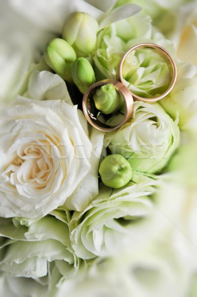 Anéis de casamento rosas flor rosa folha casal Foto stock © taden