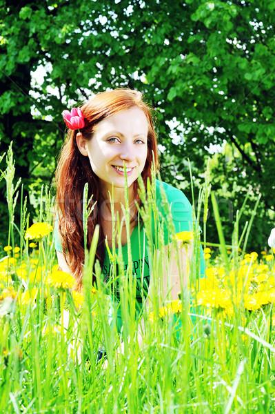 Vrouw veld jonge mooie vrouw bloem Stockfoto © taden
