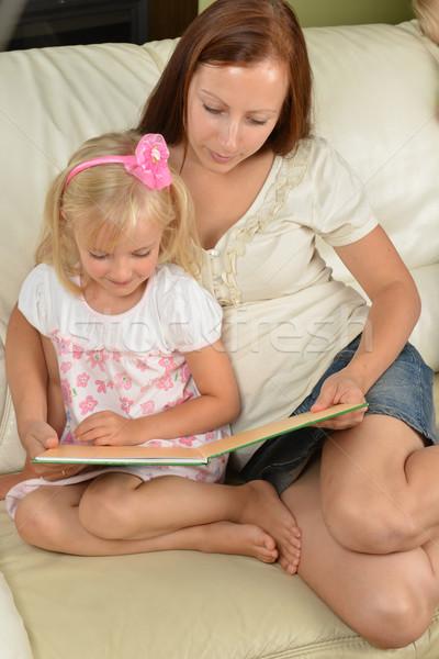 母親 娘 小さな 読む 図書 ホーム ストックフォト © taden