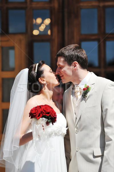 Novio novia recién Pareja besar iglesia Foto stock © taden