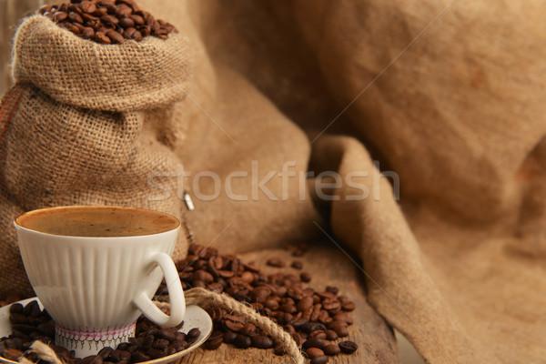 Kahve çekirdekleri fincan arkasında siyah kahve kahve Stok fotoğraf © taden