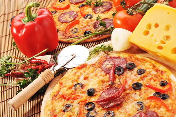 Pizza sajt közelkép paradicsomok fekete oliva paprikák Stock fotó © taden