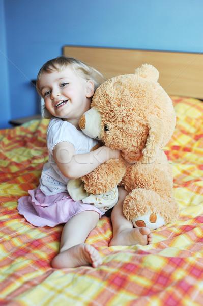 Petite fille soft jouet lit parents Photo stock © taden