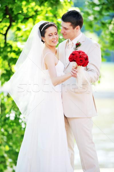 Damat gelin beyaz elbise yeşil ağaçlar çiçek Stok fotoğraf © taden