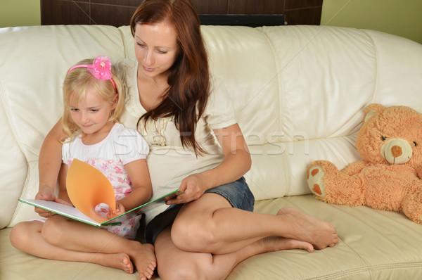 Mère fille jeunes lecture livre maison Photo stock © taden