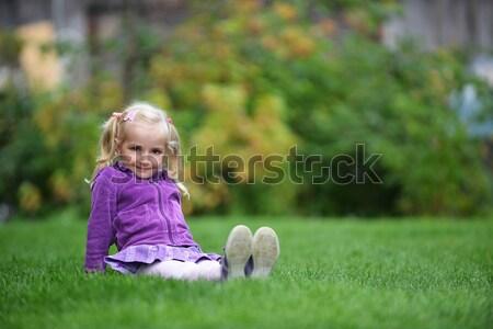 Küçük kız oturma yeşil ot kız güzellik yaz Stok fotoğraf © taden