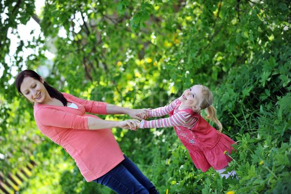 Mãe filha jogar grama primavera dia Foto stock © taden