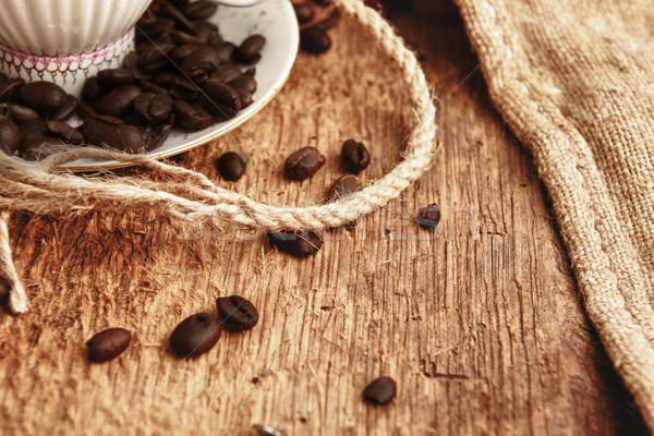 Foto stock: Grãos · de · café · copo · café · fundo · branco