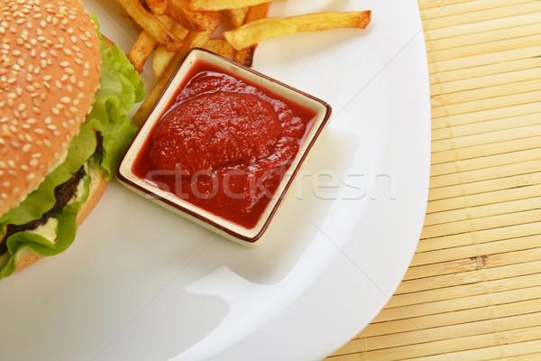 Lezzetli hamburger iştah açıcı patates kızartması beyaz plaka Stok fotoğraf © taden