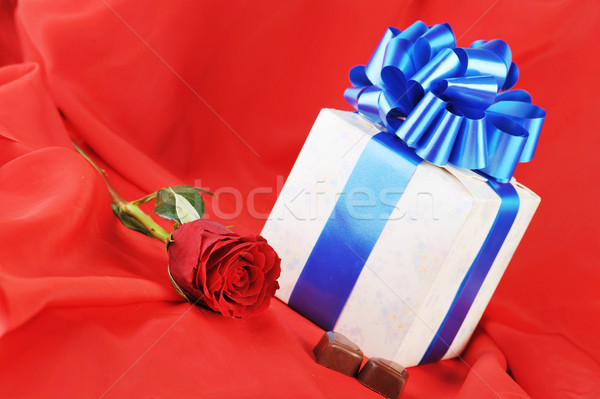 Regalo chocolate hermosa Rose Red rojo Foto stock © taden