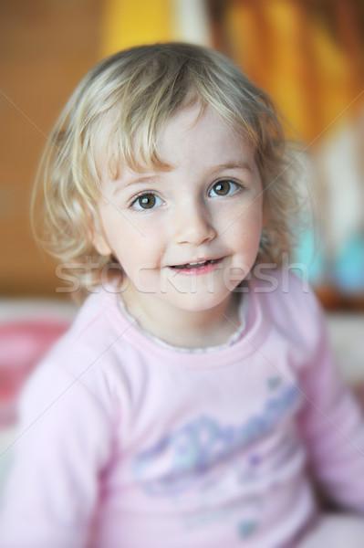 Wesoły dziewczynka bed rodziców dziewczyna oczy Zdjęcia stock © taden