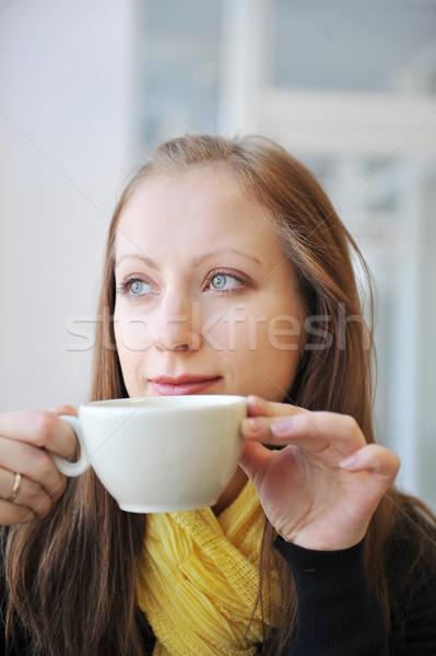 Stok fotoğraf: Genç · kadın · fincan · kahve · bakıyor · dışarı