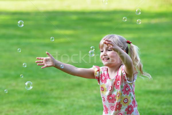 ストックフォト: 女の子 · 再生 · バブル · ブロワー · 緑 · 芝生