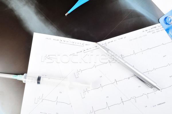Injekciós tű szív monitor kék toll asztal Stock fotó © taden