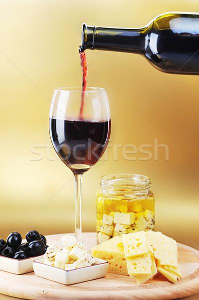 Foto stock: Vinho · tinto · queijo · azeitonas · copo · de · vinho · vidro · cozinha