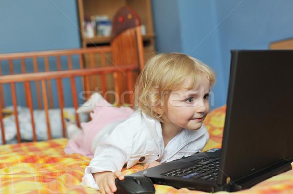 девочку ноутбука красивой кровать дома любви Сток-фото © taden