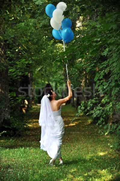 Schönen Braut weiß Hochzeitskleid grünen Gras Blumen Stock foto © taden