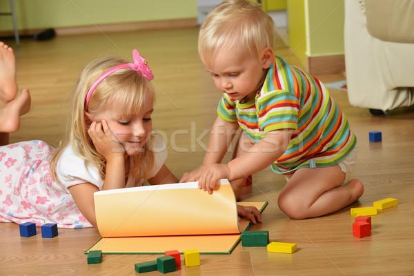 Nino hermana pequeño jugando casa familia Foto stock © taden