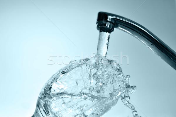 Agua grifo relleno vidrio cocina Foto stock © taden