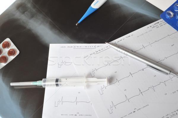 Injekciós tű szív monitor toll asztal gyógyszer Stock fotó © taden