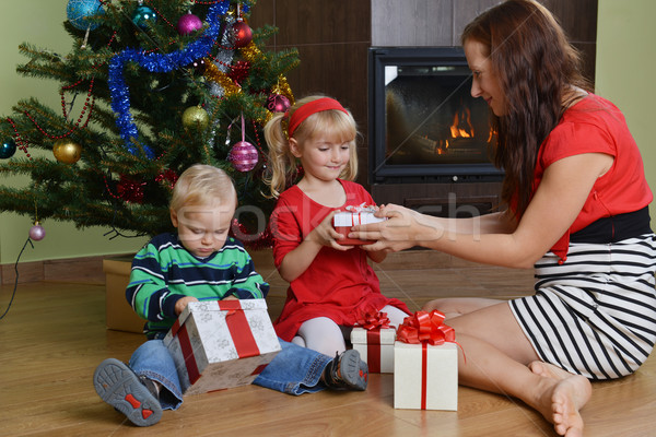 Enfants mère heureux séance arbre de noël famille Photo stock © taden