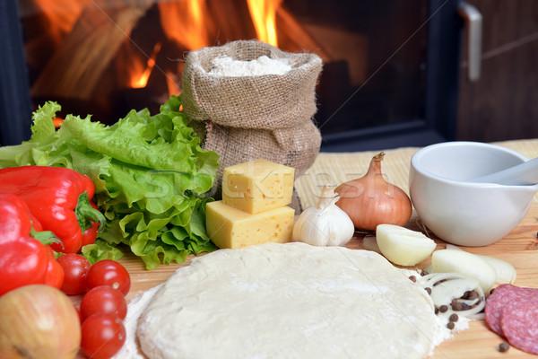 Pizza delicioso temperos legumes mesa de madeira vermelho Foto stock © taden