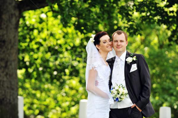 Gelin damat beyaz elbise yeşil ağaçlar çiçek Stok fotoğraf © taden