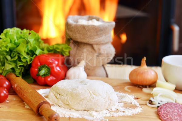 Pizza delicioso especias hortalizas mesa de madera queso Foto stock © taden